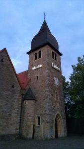 Kirchturm St. Josef mit Installation Kunst am Rand 2020
