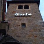 """Kirchturm St. Josef mit Installation """"Glaube"""""""