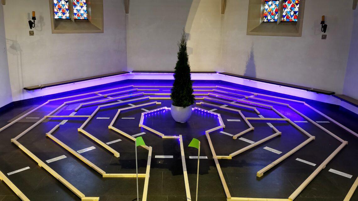 Holzlabyrinth in der Apsis der Josefskirche