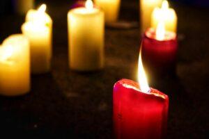 brennende Kerzen in der Dunkelheit