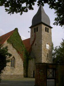 Kirche St. Josef außen Laub