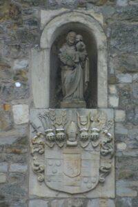 St. Josef außen mit Wappen