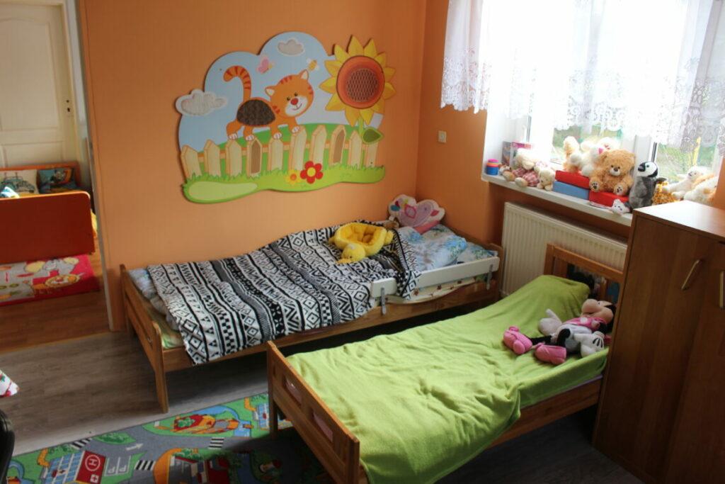 Kinderzimmer im polnischen Kinderheim in Jaksice