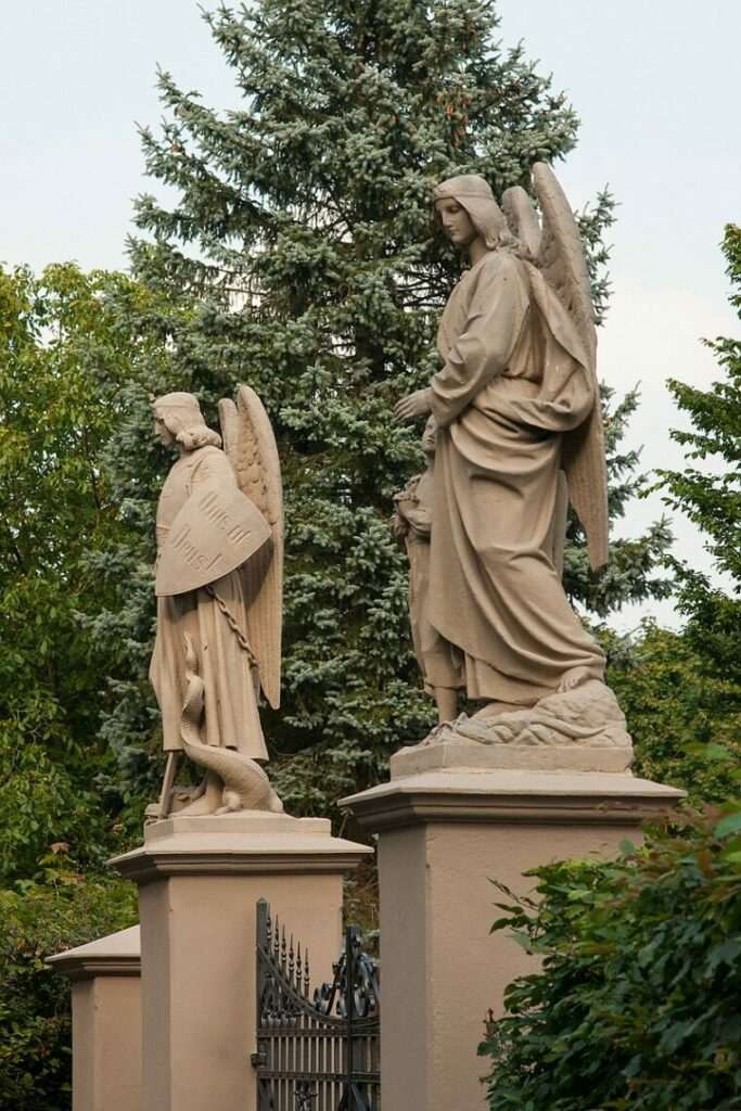 Engelstor am Friedhof Kinderhaus