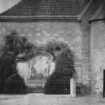 schwarz-weiß Außen-Aufnahme vom Bildstock am Anbau der alten St. Josefs Kirche