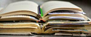 Stapel aufgeschlagener Bücher