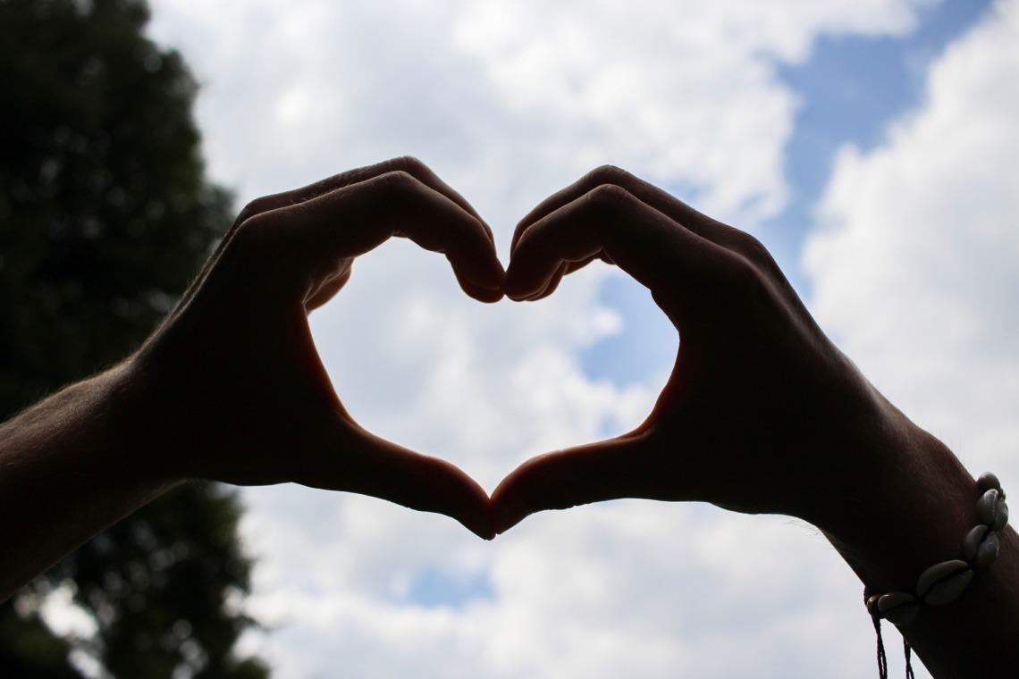 Hände zum Herz geformt