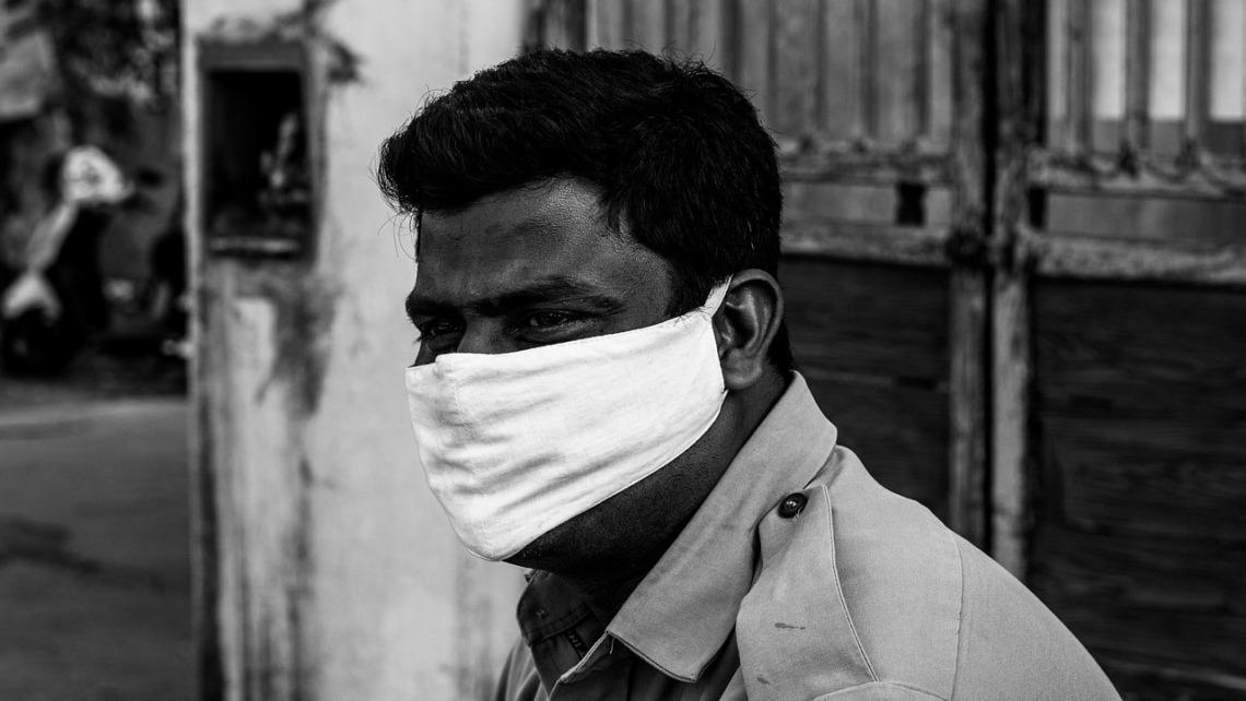 Inder mit Mund-Nase-Schutz