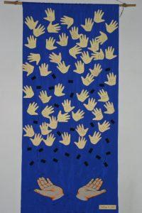 blaues Tuch in der Kirche mit Namen der getauften Kinder